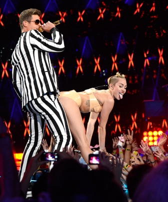 miley_cryus_grinding_robin_thicke_mtv_vmas_2013_performance_191le0f-191le0m